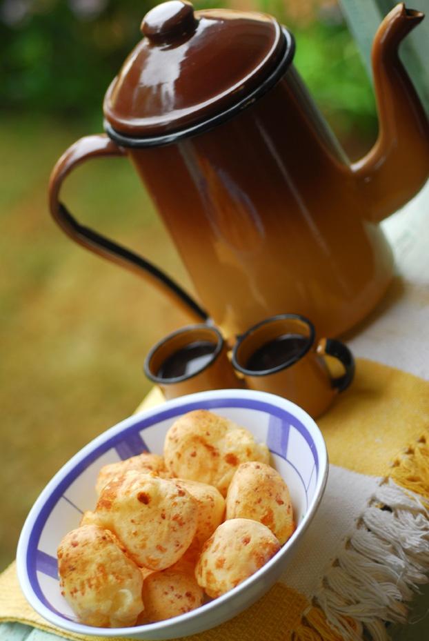 Pão de queijo e cafezinho! (Cheese bread and coffee!)