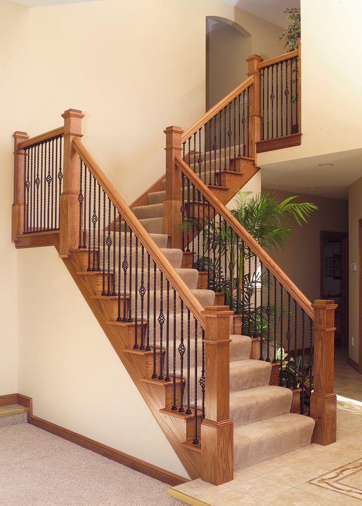 Elegante escalera con barrotes de barandilla en metal forjado.