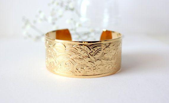 Manchette gravée de fleurs, de style vintage, dorée à l'or fin. Collection Love In Bloom. Mariage