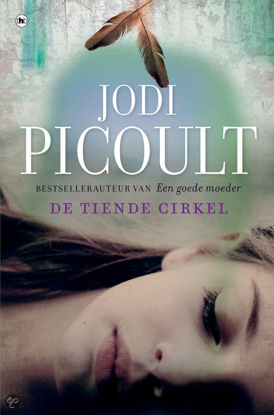 Jodi Picoult-De tiende cirkel ● Hoe ver ga je om je geliefden te beschermen? Jodi Picoult kruipt in de huid van haar personages die voor onmogelijke keuzes worden gesteld. De lezer kan niet anders dan zich afvragen: wat zou ik doen in deze situatie? Trixie is veertien, mooi, en voor het eerst verliefd. Op een dag wordt haar wereld op zijn kop gezet door een daad van bruut geweld. Opeens lijkt alles waar Trixie in geloofde een leugen. Kan de jongen die altijd aan de deur kwam de dader zijn?…