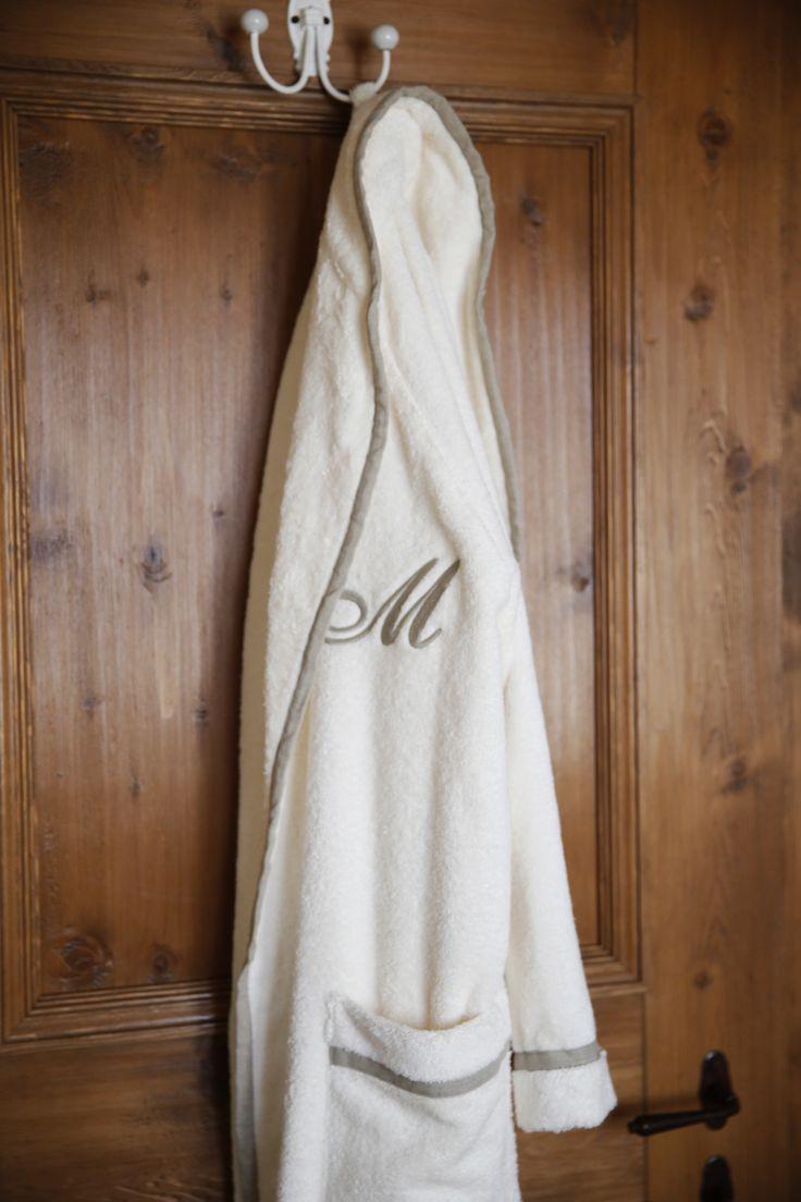 #Accappatoio spugna roma con profilo in lino e ricamo cifra inglese by Martinelli Ginetto #bedroom detail #bathrobe