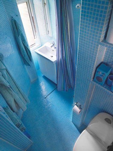 Badeværelse i blå glasmosaik