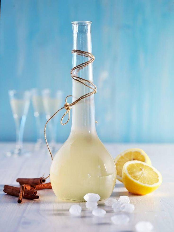 Der Likör aus Zitronen und Limetten ist herrlich frisch und fruchtig. #Likör #Zitrone #Limette #Drink #Rezept