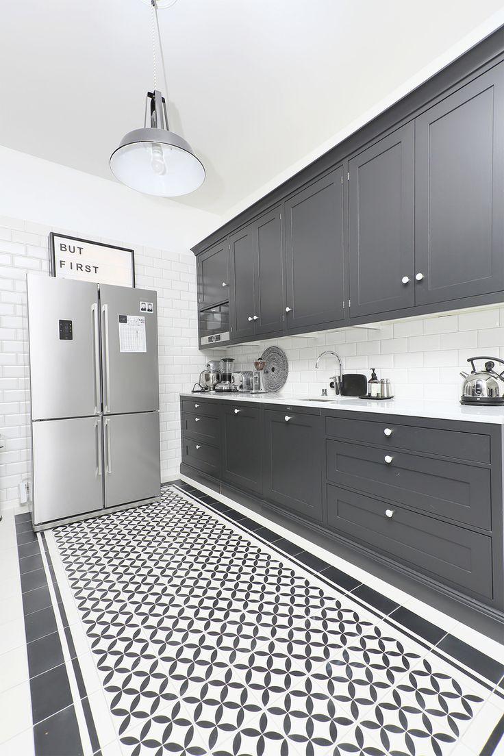 Lattialaatat: Alacarte Collection Patterns Valko-Musta, Boordi Alacarte Unicolor, työtasot: Carrara-amrmori, välitula: Metro 10x30 valkoinen kiiltävä