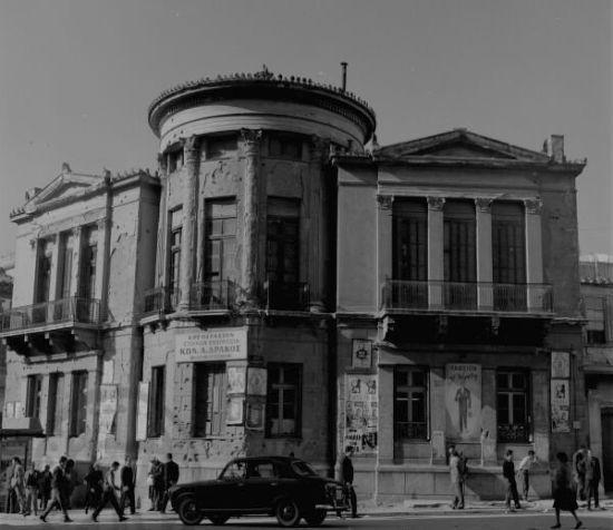 Το κτίριο βρισκόταν στην Πειραιώς και ήταν το σπίτι του γιατρού Ιωάννη Τσοτσόπου. Κατασκευάστηκε το 1870 και κατεδαφίστηκε το 1971. Νεοκλασικά κτίσματα οικοδομήθηκαν στο κέντρο της πόλης με την υπογραφή Ελλήνων και ξένων αρχιτεκτόνων, οι οποίοι ενέταξαν αρχιτεκτονικά ευρήματα της αρχαίας Ελλάδας. Πέραν από τους κίονες των αρχαίων ναών, πηγή έμπνευσης αποτέλεσαν δύο σημαντικά έργα: το κυλινδρικό μνημείο του Λυσικράτη και ο οκταγωνικός πύργος των Αέρηδων στην Πλάκα. Φωτογράφος: Δημήτρης…