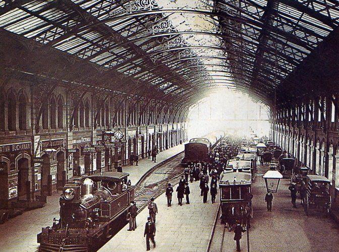 Estación constitución a principios de siglo. Los tranvías de caballo y los coches llegaban hasta el costado de los andénes. Los faroles eran de gas.
