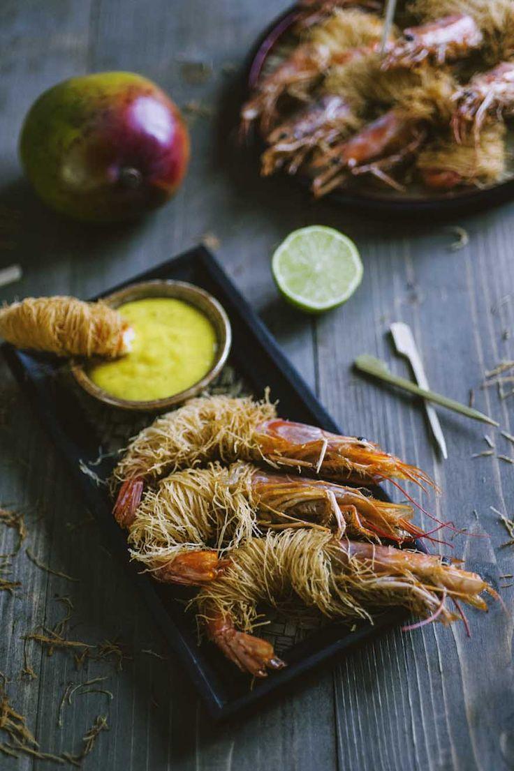 Gamberoni in pasta kataifi: I #gamberoni in #pasta #kataifi sono di una bontà che non ti aspetti: marinati al punto giusto, fritti in una pasta croccante e tuffati in una salsa al mango!