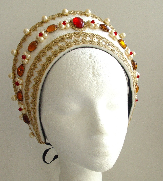 Copricapo alla francese in bianco con passamaneria dorata e applicazione di granati e perle. Costo £100