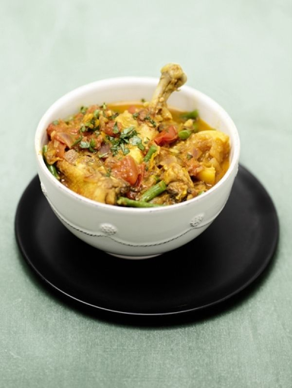 Naar originaal Surinaams recept: Hindoestaans kippetje. Lekker bij brede mie met in kippenbouillon gestoofde kousenband.