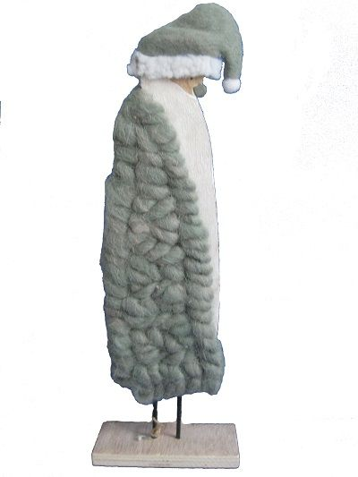 Kerstman met groene jas en muts op een steun.  Hoogte: 40 cm.  Gewicht: 188 gram.