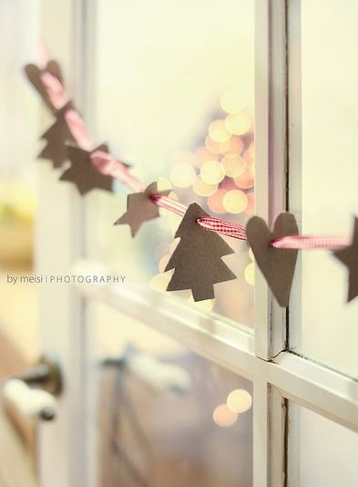 CHIRSTMAS DECORATING ; SIMPLE WINDOW GARLAND ; RIBBONS AND PAPER