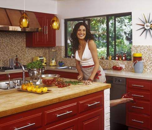Desperate to update her retro-style kitchen, Teri Hatcher called in Hollywood designer Leslie Sachs for a totally hot Ravishing Red makeover.
