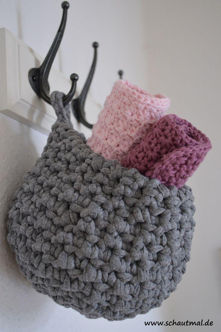 Gestern habe ich Euch gezeigt, wie Ihr 3 kleine Gästehandtücher häkeln könnt. Passend dazu nun heute ein kleiner Textilkorb zum…