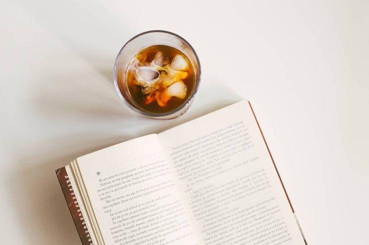 O dimineață cu o carte bună și o cafea pe măsură.