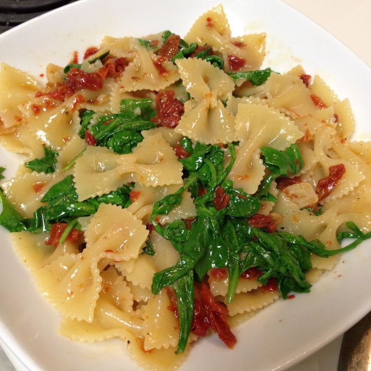 Food for one, two, and more: Farfalle with Sun Dried Tomatoes, Garlic, and Arugula in a White Wine Sauce サンドライトマトとニンニク、唐辛子の白ワインソースとルッコラ入りのファルファーレ