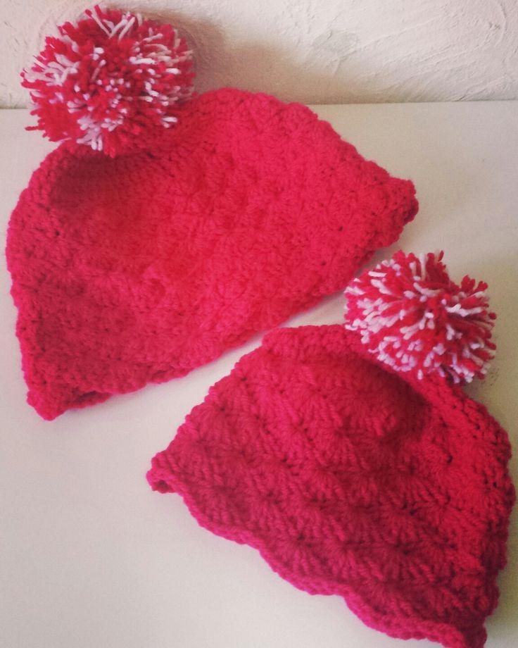Bonnet rouge pompon pour soeur