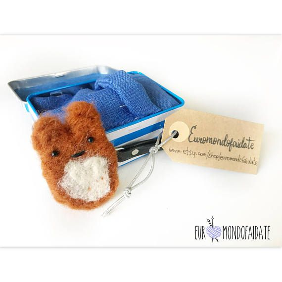 Tiny hamster needle felting. Plush hamster is 7cm tiny is 7x10,5cm. Kawaii toys playset. Great gift idea for all. A little friend with his tiny house. A tender friend in his tin house that to protect himself from these cold days in winter can be covered by you with its cotton cover.