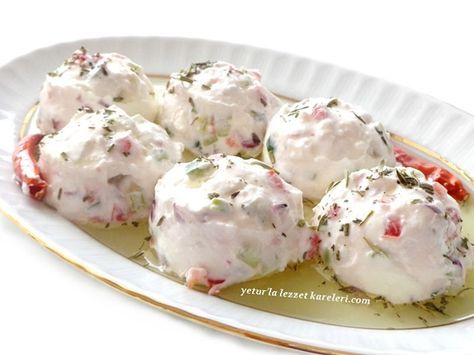 nefis bir meze oluyor.kesinlikle tavsiyemdir.   malzemeler   1 su bardağı katı süzme yoğurt  1 küçük domates  1 küçük salatalık  1 küç...