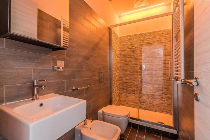 Bagno più piccolo con box doccia e piastrelle a contrasto: Bagno in stile in stile Minimalista di Facile Ristrutturare
