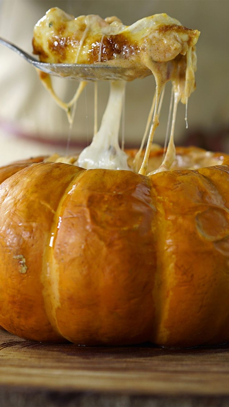 Receita com instruções em vídeo: Essa receita maravilhosa de camarão na moranga vai te deixar com água na boca!  Ingredientes: 1 abóbora moranga grande, 8 dentes de alho picados, 1 ½ cebola picada, Pimenta do reino a gosto, Sal a gosto, 3 colheres de azeite de oliva + azeite para refogar, 1kg de camarão fresco limpo , 2 tomates picados, ½ xícara de passata, ¼ maço de coentro, 2 pimentas dedo-de-moça picadas sem semente, 1 lata de creme de leite, 1 xícara de requeijão, 100g de queijo muçarela…