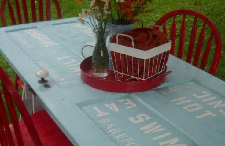Με μια παλιά πόρτα μπορείτε να φτιάξετε ένα όμορφο τραπέζι για τον κήπο σας