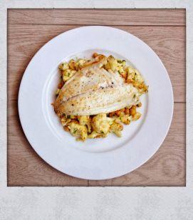 Gebakken bloemkook-kikkererwten met vis - Een simpele maar oh zo lekkere vegetarische salade vòl smaak!