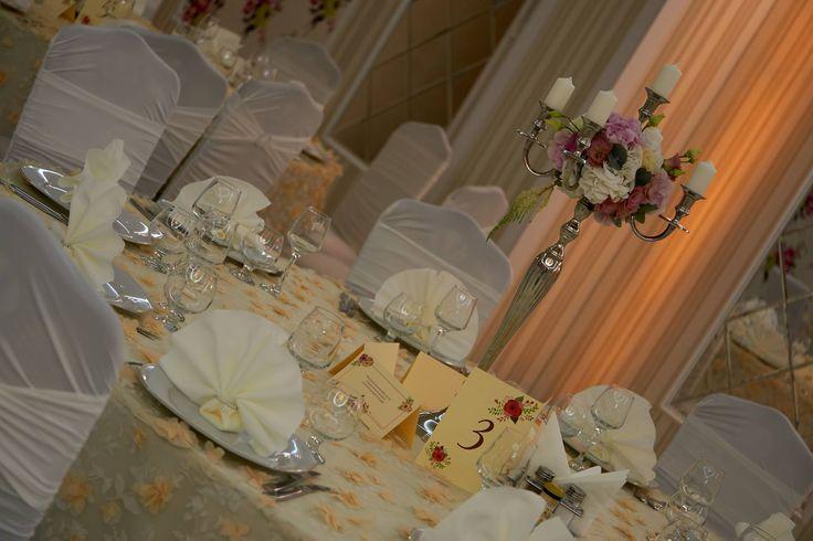 Aranjament central pentru masă invitați la restaurant Casa Grande format din hortensia,eustoma și trandafiri pe sfeșnic cu lumânări. #centerpiece