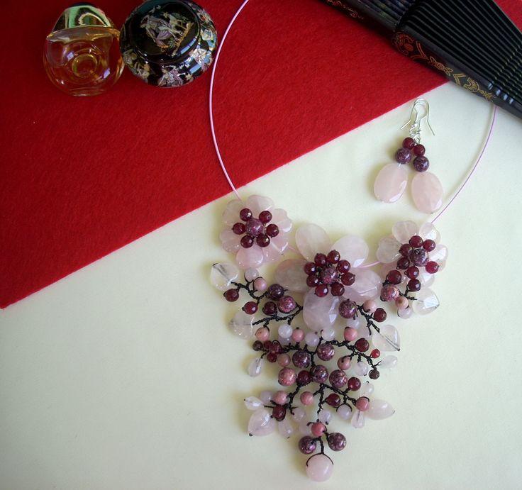 """Cercei şi colier """"Poveste cu parfum de regina nopţii"""" din colecţia de cuarţ """"Flori de piatră Bijoux"""" Didina Sava. Colierul este confecţionat din inimioare de cuarţ roz şi petale de cuarţ roz faţetat, mărgele de jasp sediment marin, mărgele de cuarţ, agat roşu şi rodonit, drop-uri de cuarţ, sârmă modelatoare argintată neoxidabilă şi neagră, pe un suport de oţel siliconat.  De vânzare"""