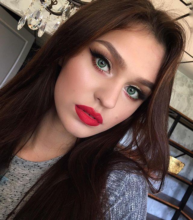 Redlips and emerald eyes for @kalashnikova.tanya 🌺 Макияж с экспресс-курса для иногородних и иностранных визажистов в @tomina_studio На губах стойкая Помада OFRA @ofracosmetics @ofra_russia . Ресницы из шёлковой серии @romanovamakeup @rmlashes #nofilters#nophotoshop#tominamakeup#tomina#greeneyes#beauty#model#redlips#glowskin#glowing#eyeliner#eyebrows