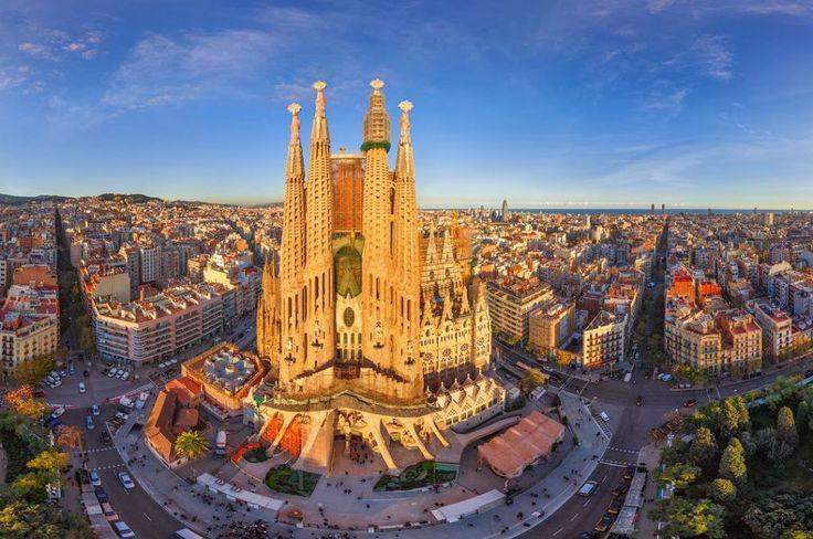 Barcelona,Sagrada Familia, Spania, zgrade,drvece,ljudi,razne figure