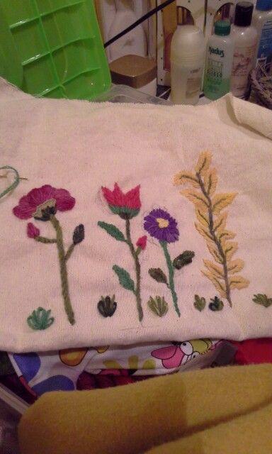 Flores bordadas en crewel