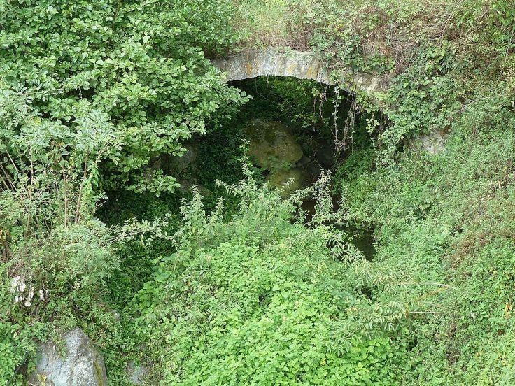 Corsica - Ponts Genois -  Cervione, Pont génois de Vadella à la sortie de Cervione, en contrebas de la D 71 dans un virage, est à peine visible, noyé dans la végétation.(Haute-Corse-Castagniccia)