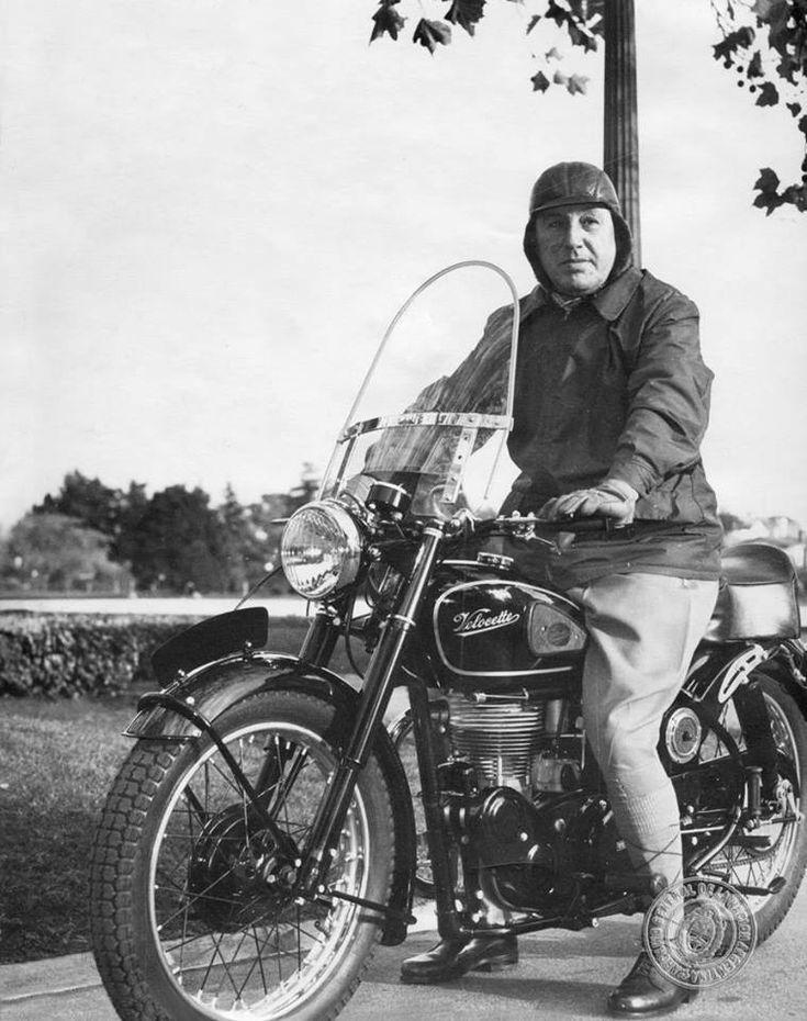 Juan Domingo Perón subido a su moto Velocette en el homenaje del motociclismo argentino. Diciembre de 1954.