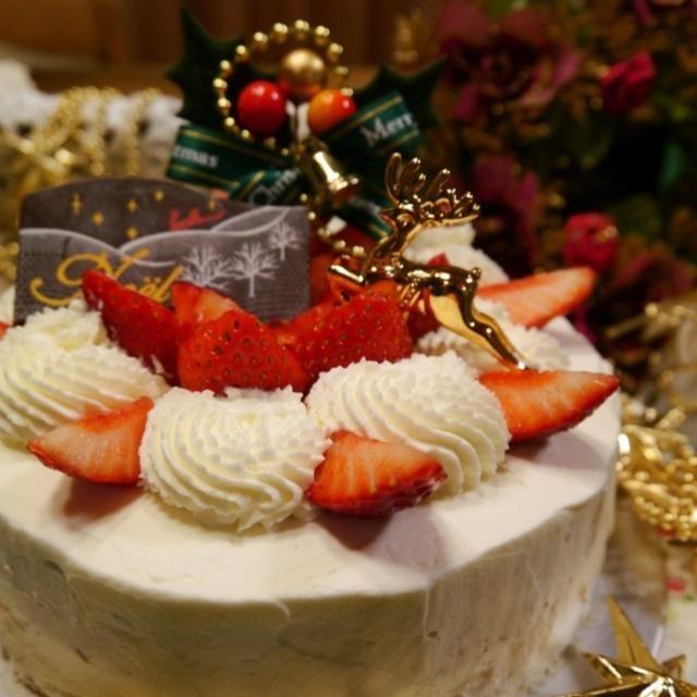 ル・コルドン・ブルーのデビュー・レッスン。 12月はガトー・ド・ノエル。クリスマスのショートケーキです。 スポンジに苺に生クリーム。 シンプルなものほど難しい…  ナッペは本当に難しいわ〜〜 でもコツをだいぶ教わったので、あとは練習あるのみ!ですね。 絞り出しが内側に寄ってしまって寂しいので、家に帰ってから苺を割増ししました✨✨  デビュー・レッスンはこれで一区切り。次はサブリナ・レッスンに行きたいなぁ✨✨ - 288件のもぐもぐ - 【 ル・コルドン・ブルー デビュー・レッスン 】ガトー・ド・ノエル by メイスイ
