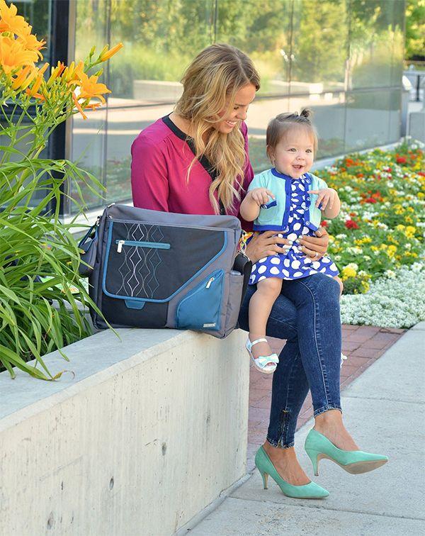 """""""METRA"""" è la borsa da passeggino ideale per le mamme dinamiche e sempre in movimento! Pratica e sportiva è dotata di numerose tasche interne ed esterne. Comprende un fasciatoio da borsa coordinato e un pratico porta-ciuccio. 2 varianti di colore."""