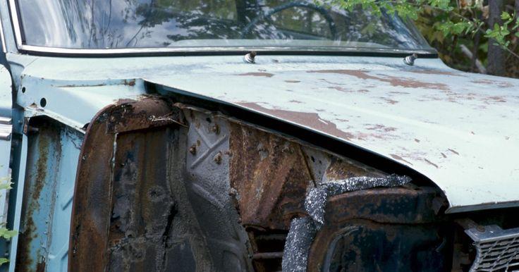 Como sucatear um carro por dinheiro. Muitas pessoas veem carros velhos, parados ou que mal funcionam como itens inúteis. Carros sucateados retêm algum valor, no entanto. Sucatas pagam em dinheiro por carros sucateados e enferrujados. Essas empresas, em geral, esmagam e derretem o carro, em seguida vendem o metal para empresas de fabricação ou refino. Além disso, depósitos de sucata ...