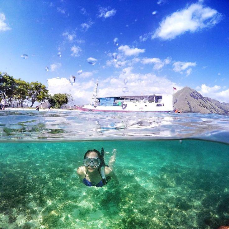 Selamat Pagi dari Pulau Kelor, Flores.  Pulau Kelor masih sangat sepi, jadi suasana alam bakalan kerasa banget jika berkunjung disini. Airnya masih sangat jernih sehingga membuat pengunjung tak sabar untuk melompat kedalam air. Ditambah, Dasarnya yang relatif landai dan hanya terdapat sedikitnya karang di kawasan bibir pantainya. Selain itu, pasirnya masih sangat bersih yang menambah eksotisme dari pulau ini selayak pulau di negeri dongeng.  Photo by : @bonitapanjaitan