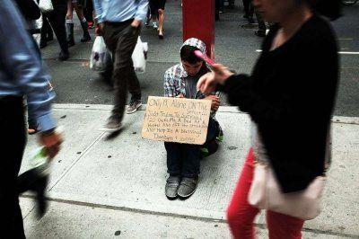 Χωρίς στέγη 1 στους 7 μαθητές δημοσίων σχολείων στη Νέα Υόρκη   Η τάση οφείλεται στη μείωση της ομοσπονδιακής βοήθειας στην αύξηση των ενοικίων και στο κλείσιμο των προγραμμάτων βοήθειας κρατικών ενοικιαστών  Ραγδαία άνοδος της τάξης του 20% σημείωσε σε ετήσια βάση ο αριθμός των άστεγων (προσωρινών ή μόνιμων) μαθητών δημοσίων σχολείων στη Νέα Υόρκη το σχολικό έτος 2016-2017 καθώς διαμορφώθηκε στις περίπου 140.000 σύμφωνα με την έρευνα του Institute for Children Poverty and Homelessness. Ο…