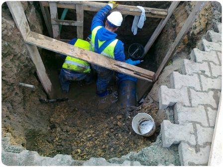 Usuwanie awarii wodociągu w centrum miasta Andrychów - małopolskie.