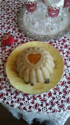 Χαλβάς σιμιγδαλένιος με καρδούλα από μαρμελάδα. Τη συνταγή μου την έδωσε η θεία μου η Κωστούλα.