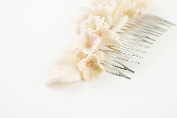 Peineta de flores blancas con cristales de OLGAALOR en Etsy
