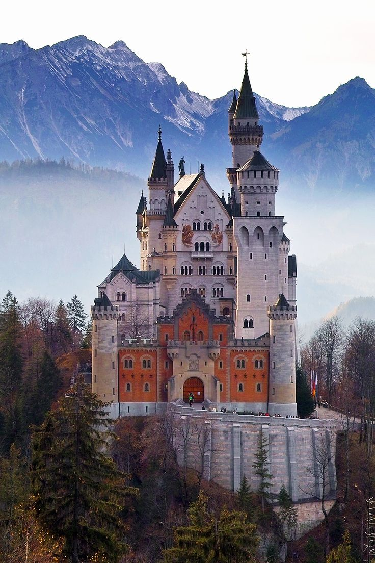Neuschwanstein Castle | Get ready to explore the most romantic destinations in the world. These 12 locations are the perfect romantic getaways for couples. Choose your dream location to spend your holiday with your loved one: a romantic break that will stay in your memory forever!