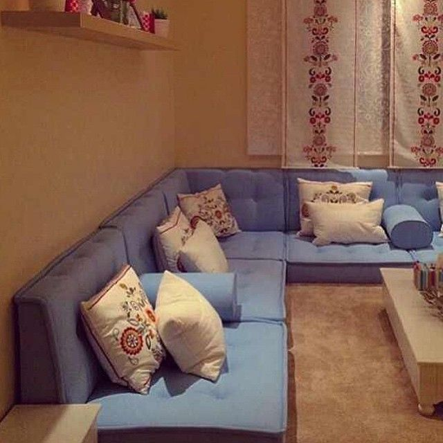 جلسة شرقية مريحة مع وسادات مطبعة Home Room Design Living Room Without Sofa Living Room Decor On A Budget