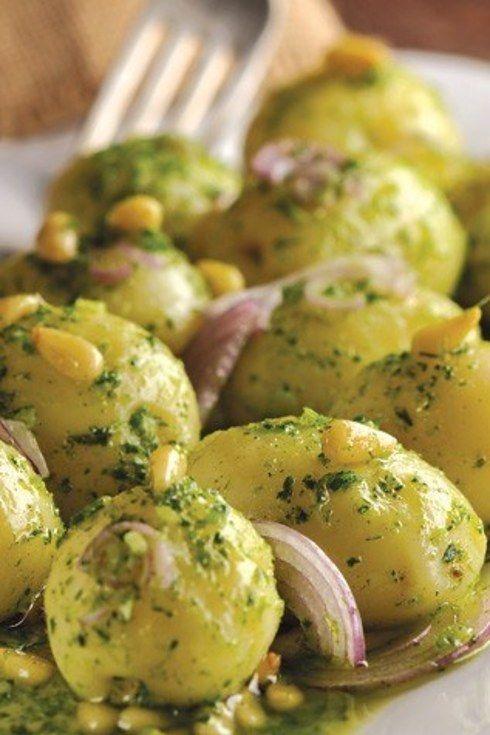 Ensalada de papa con pesto de cilantro. | 25 Recetas de divinas ensaladas que vas a querer hacer durante todo el año