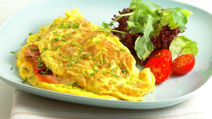 Omelett med spekeskinke og gressløk - Rask - Oppskrifter - MatPrat