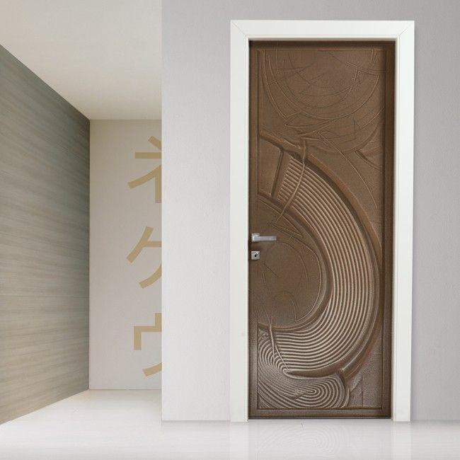 Una porta come un'opera d'arte. Unica. Sulla porta una scultura in sabbia lavorata, colorata, movimentata dall'artista Elio Garis. I modelli sono sette, dalle forme e colori differenti. A completare la gamma i vetri in fusione che riprendono le linee e i movimenti della collezione.