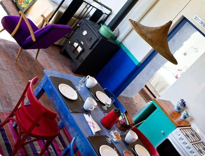 En medio del verde y la piedra, irrumpen mágicas dos casas de ensueño, Guadalupe y Frida, singulares, coloridas, mexicanas y eclécticas.Ofrecen el máximo confort en un entorno que nos transporta a las viejas haciendas mexicanas.Vistas privilegiadas, terrazas para desayunar al sol, calidez de hogar e intimidad. Todos los días encontrarás en ellas pan casero, mermeladas artesanales, café, una gran variedad de tés y frutas de estación.Cocina equipada / Salamandra a leonado /