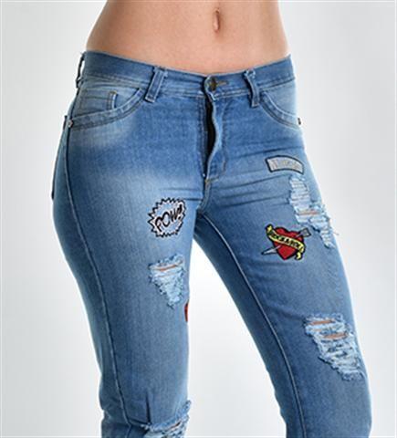 Jean boyfriend celeste apliques roturas. Venta de jeans y ropa de mujer por mayor al mejor precio. Envios a todo el pais. Venta online ropa de moda.