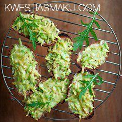 Grzanki zapiekane z awokado i serem cheddar | Kwestia Smaku