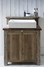Mooie houten badkamerkast met wastafel.